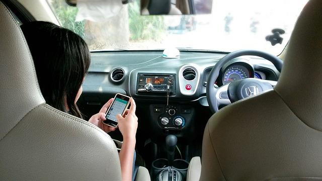 s telefonem v autě