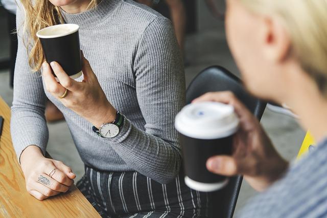 pití kávy z kelímku
