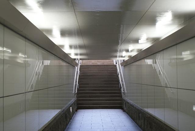 zářivkové osvětlení v metru