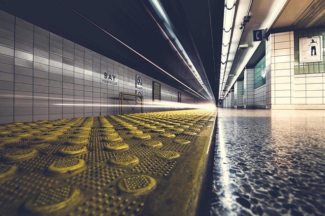 světla ve stanici metra