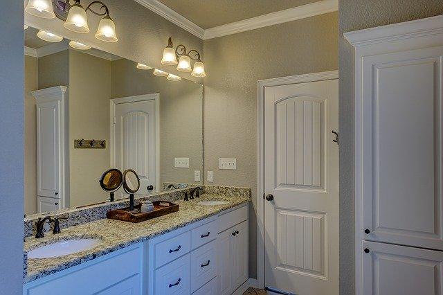bílé vchodové dveře do koupelny